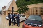 Armand Jehle (LKW), Roger Grossglauser (BMW Schweiz AG) und Adolf Real (LIFE Klimastiftung) bei der Übergabe der 3 BMW i3